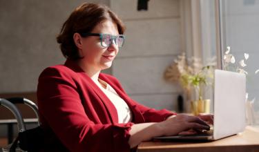 mulher navegando na internet