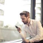 Homem mexendo em celular