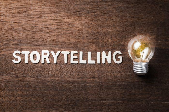 Imagem de storytelling escrito com uma lâmpada do lado