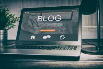 Imagem de computador aberto em uma página de blog
